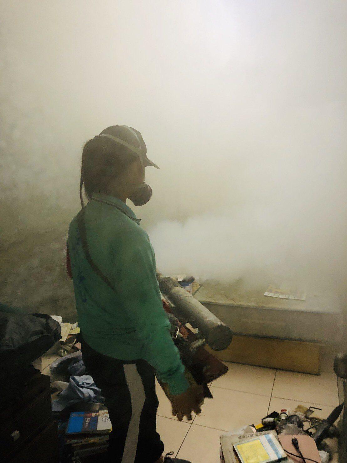 登革熱防治人員針對台南市東區忠孝里新增病例進行噴藥。圖/衛生局提供