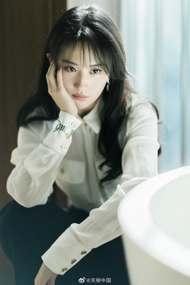 劉亦菲以白色襯衫,梳起帶瀏海造型的長髮,詮釋TISSOT Carson系列女性自...