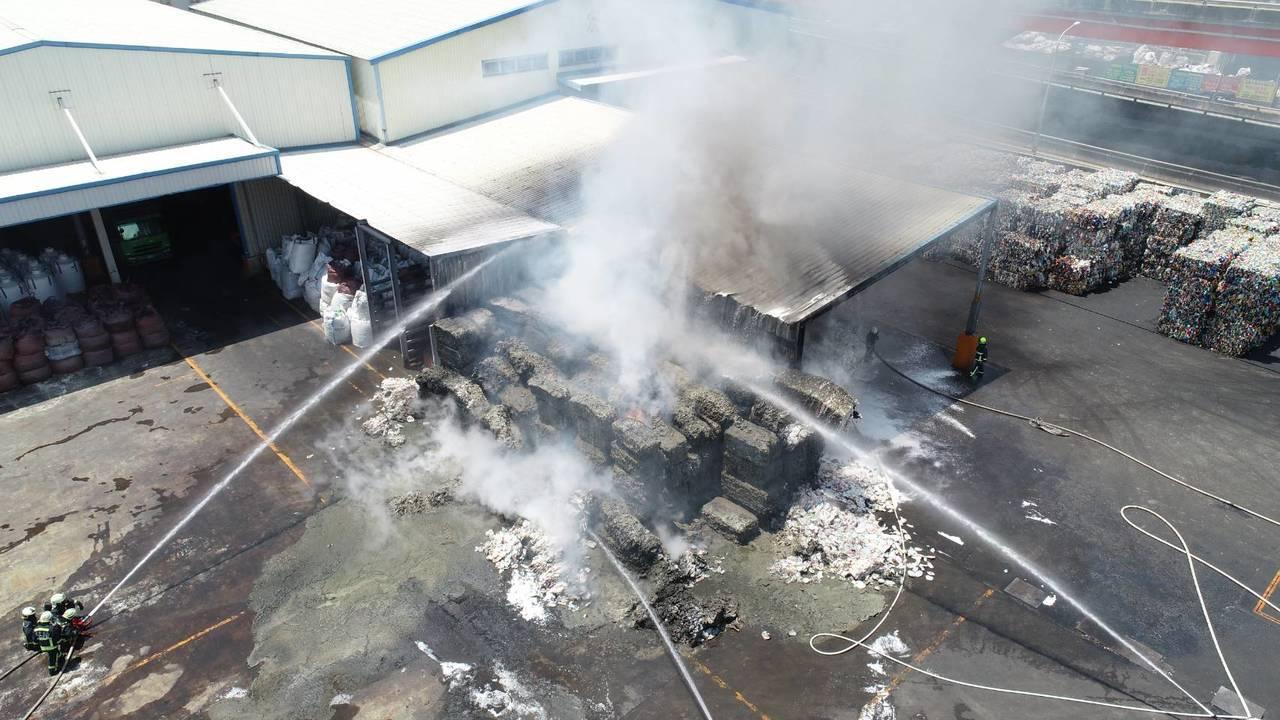 台中市梧棲區一間塑膠回收工廠火警,消防人員搶救。圖/台中市消防局提供