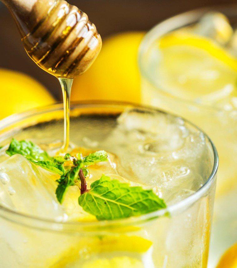 睡前來杯檸檬蜂蜜水吧。圖/摘自 pexels