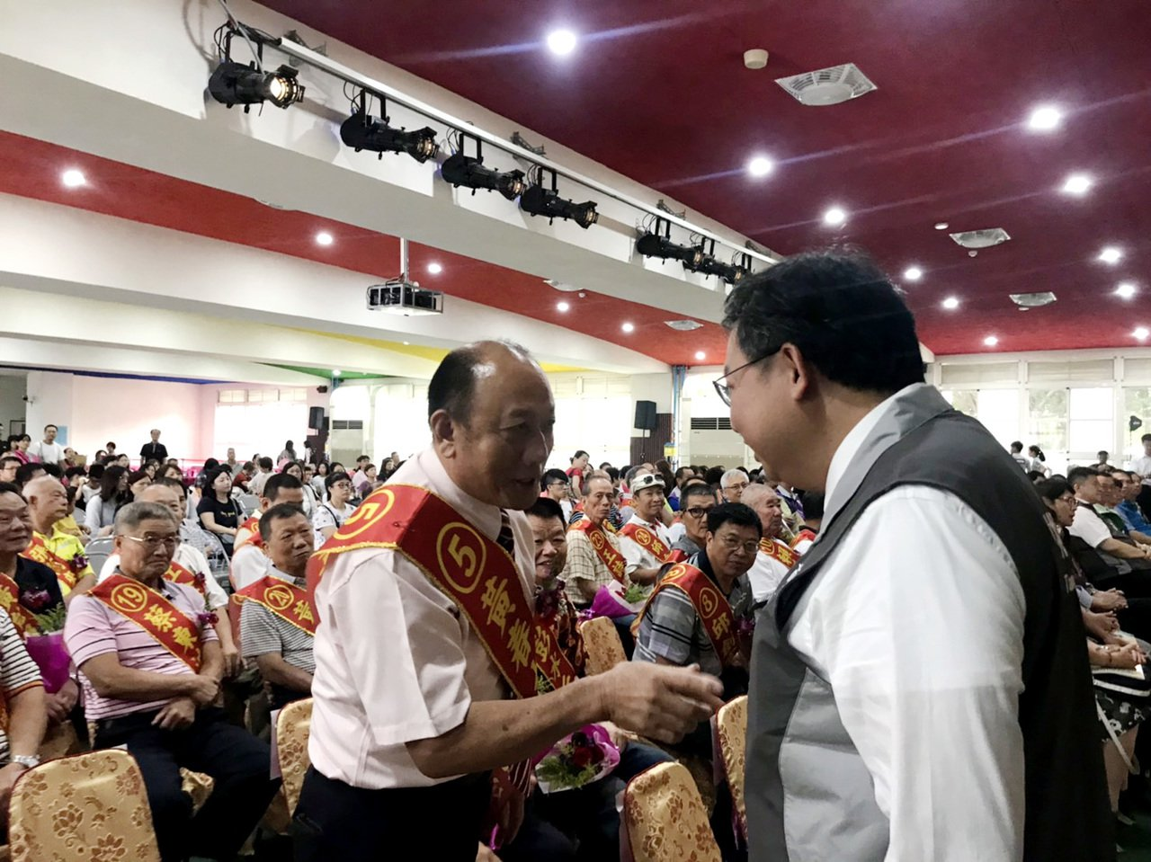 桃園市八德率先表揚模範父親49人,市長鄭文燦(右)向當選模範父親握手祝賀,肯定模...