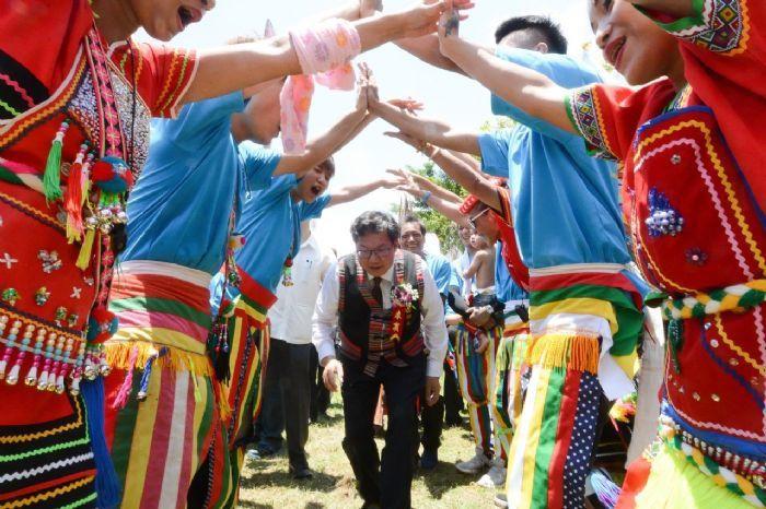 鄭文燦參加大溪豐年祭受到原住民鄉親熱情歡迎。圖/桃園市政府新聞處提供