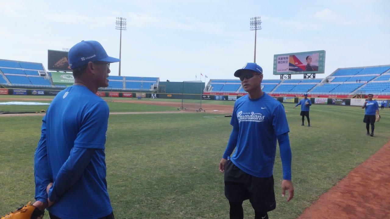 悍將隊守備教練鄭兆行(右)16年前棒打南韓,曾和李承燁互動。記者藍宗標/攝影