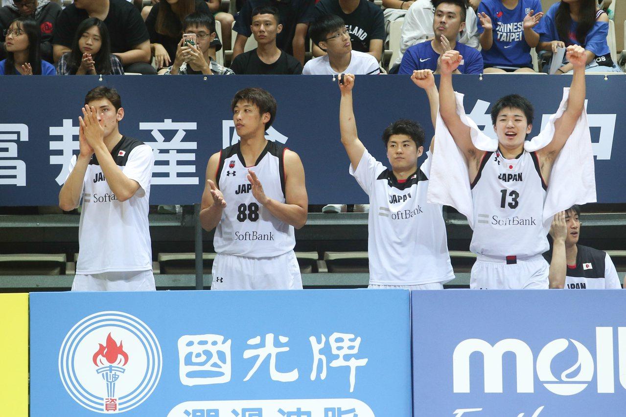 日本隊克服首節兩位數落後,追分階段板凳區球員一起慶祝。記者葉信菉/攝影