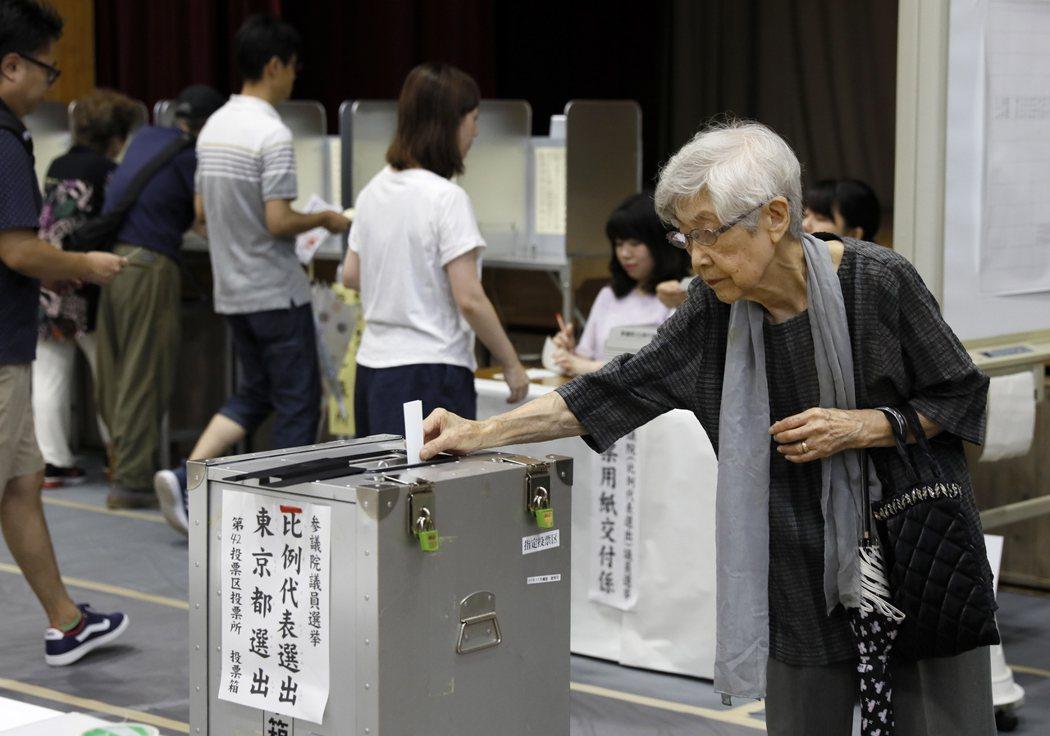 日本選民投票選出參議員。歐新社。