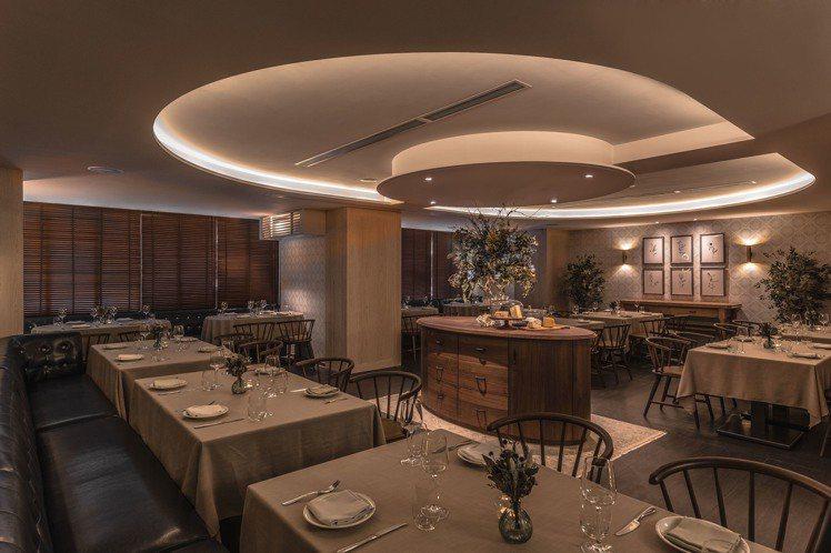 用餐區域的天花板則是運用圓弧切割轉折與間接燈光賦予層次感。圖/Chou Chou...