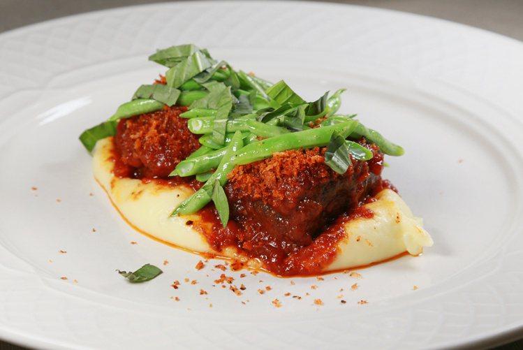 林明健規畫新菜單時,仍保留過去受到客人歡迎的菜色。記者魏妤庭/攝影