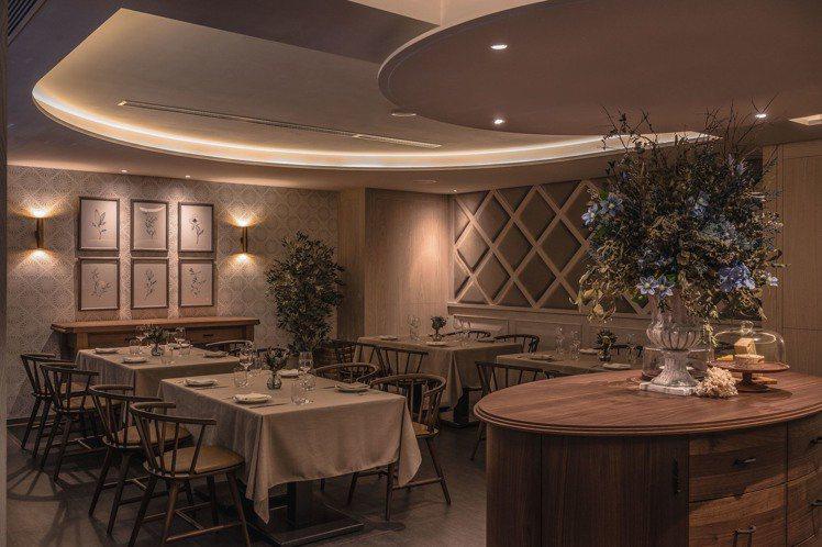 米灰色系法式圖騰壁紙、米色調桌布等,增加溫暖優雅質感。圖/Chou Chou提供