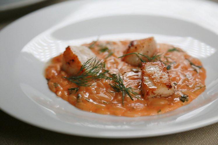 馬糞海膽番茄米型麵、干貝及海帶、柚子。記者魏妤庭/攝影