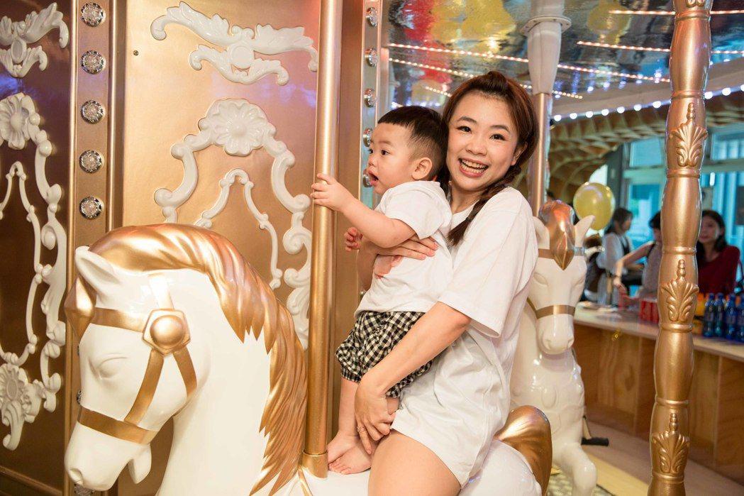 網紅蔡阿嘎與二伯在Money Jump親子餐廳替滿周歲的兒子蔡桃貴慶生,並帶兒子...