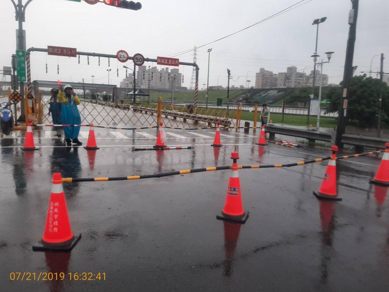 新北市消防局提醒民眾目前疏洪一路及疏洪八路部分路段已封路,請民眾繞道而行。記者柯...