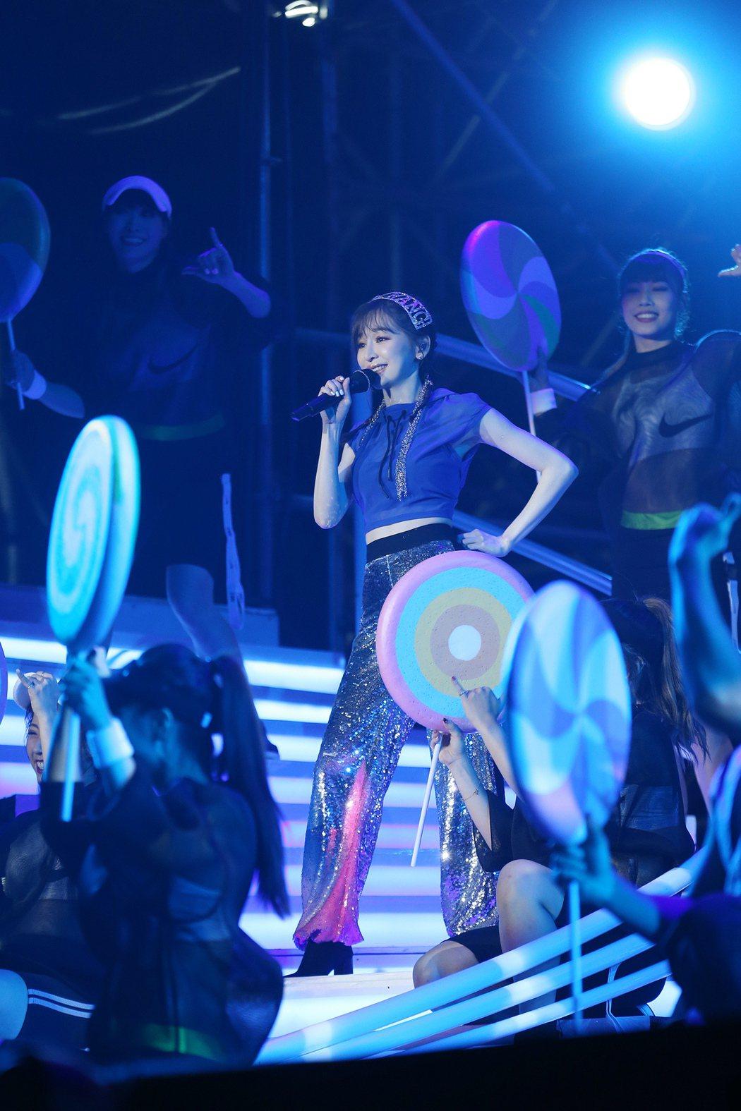 王心凌(中)在上海開唱。圖/天晴娛樂提供