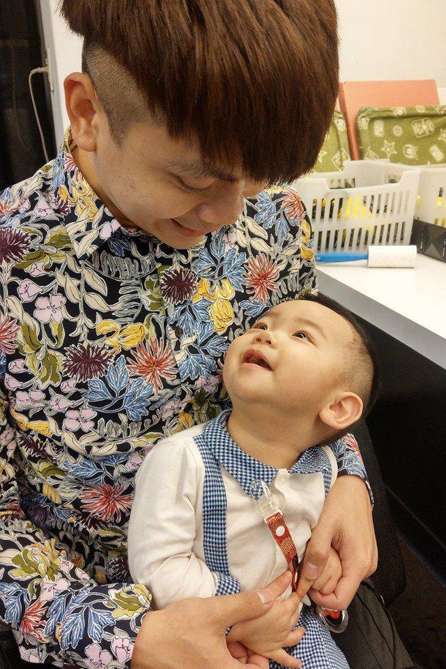 蔡阿嘎相當疼愛兒子蔡桃貴。圖/摘自臉書