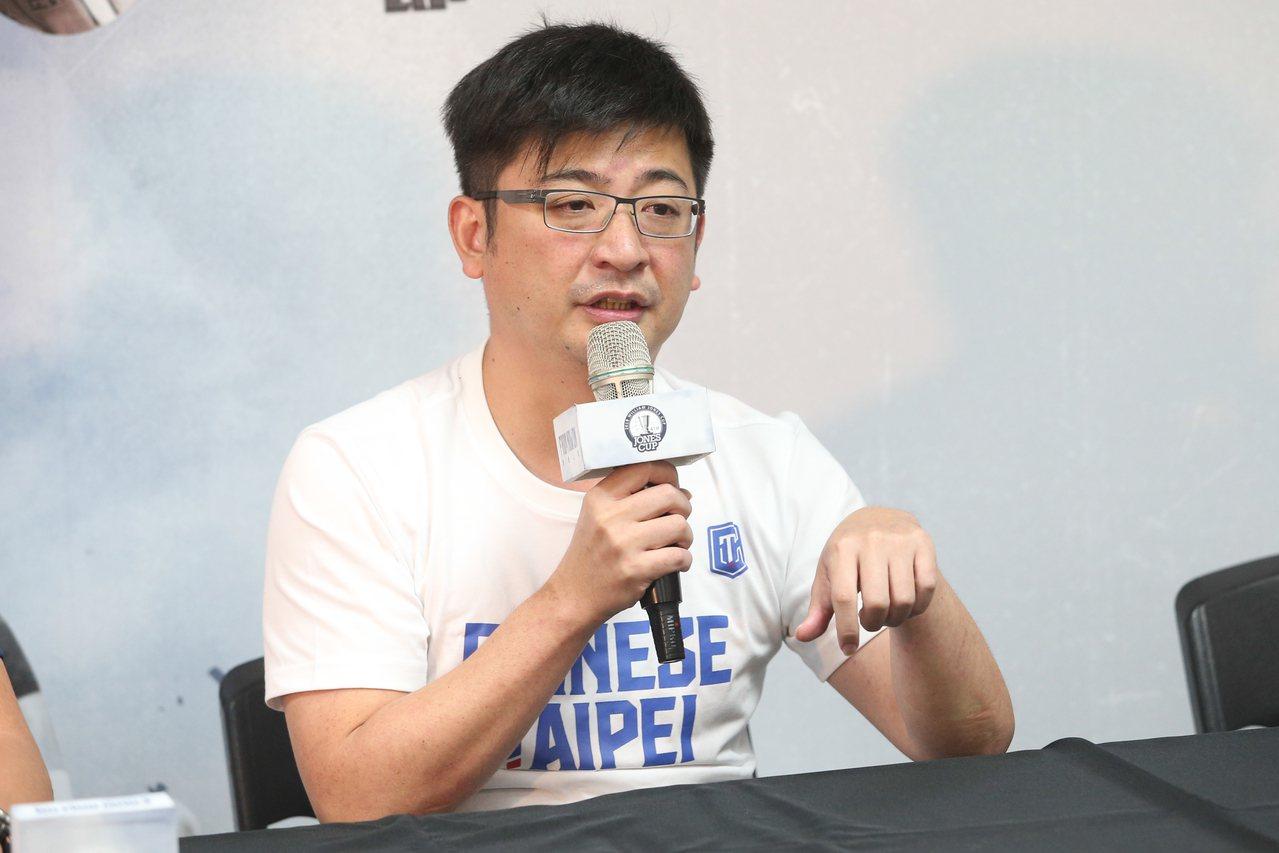 中華籃球協會理事長謝典霖舉行記者會談SBL計畫。記者葉信菉/攝影