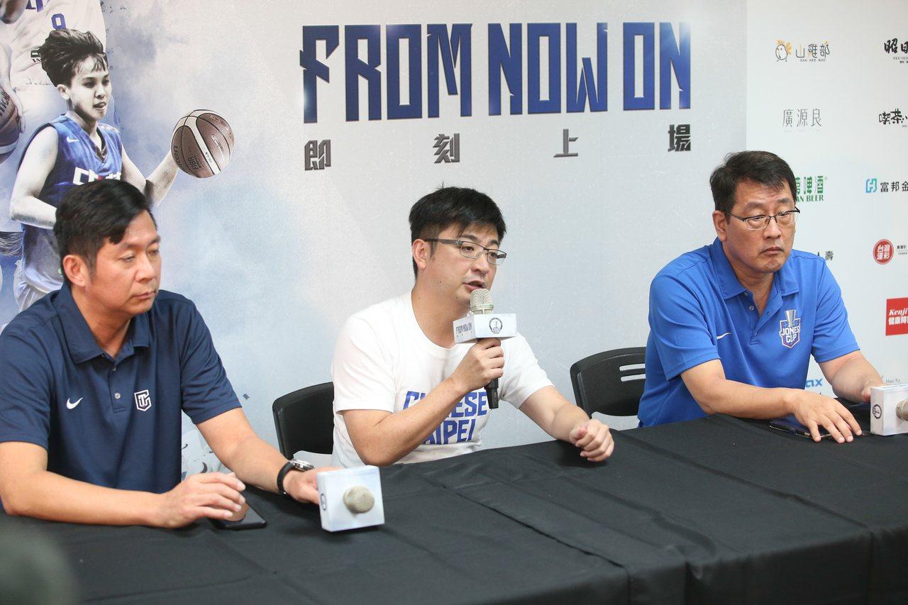 中華籃球協會理事長謝典霖(中)舉行記者會談SBL計畫。記者葉信菉/攝影