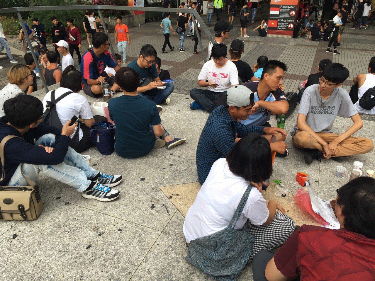 台灣國際勞工協會台中辦公室在東協廣場號召「來去一廣坐一波」聲援移工,爭取傳統席地...