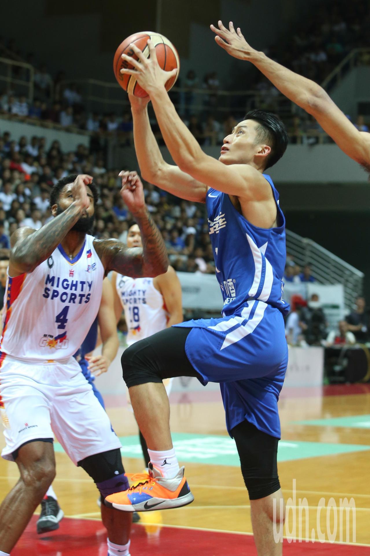 瓊斯盃賽事今天由中華白對上菲律賓,中華白吳永盛拿下全隊最高15分。記者葉信菉/攝...