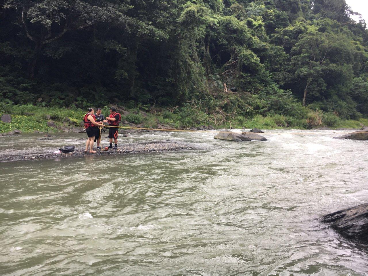 經駐地消防員評估,搜救人員使用活餌救援的方式成功救回宋女。記者柯毓庭/翻攝