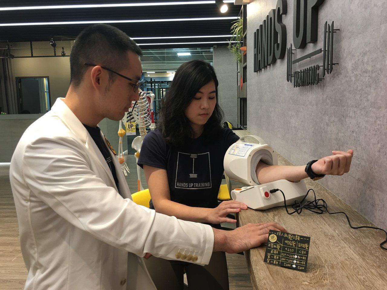 骨科醫師陳彥志與朋友在台中市合資開設「悍草訓練」健身房,歡迎骨科術後、慢性病人及...