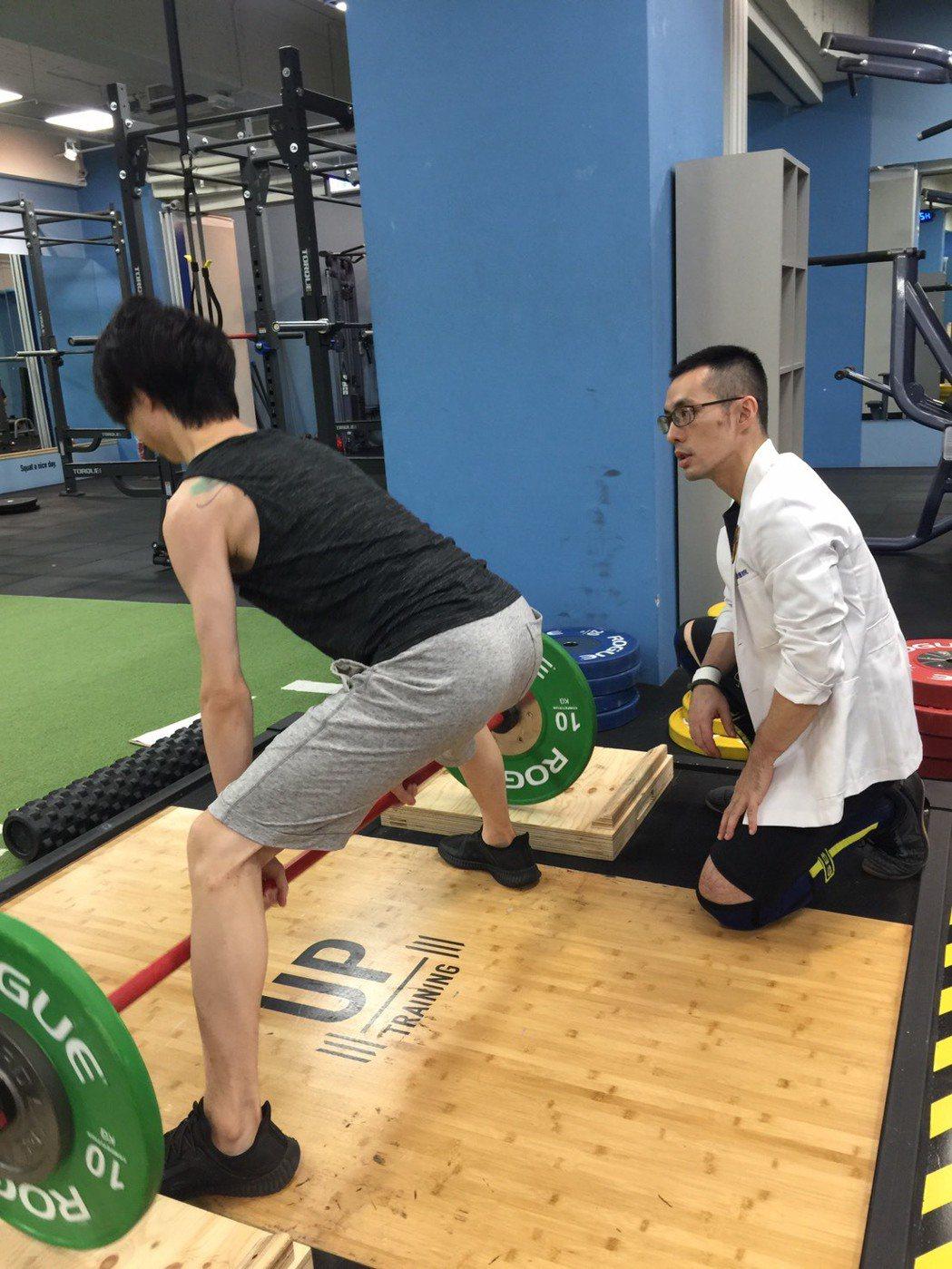 有中重度貧血和二尖瓣脫垂的27歲男子身材相當消瘦且腿部沒力,接受陳彥志的增肌訓練...