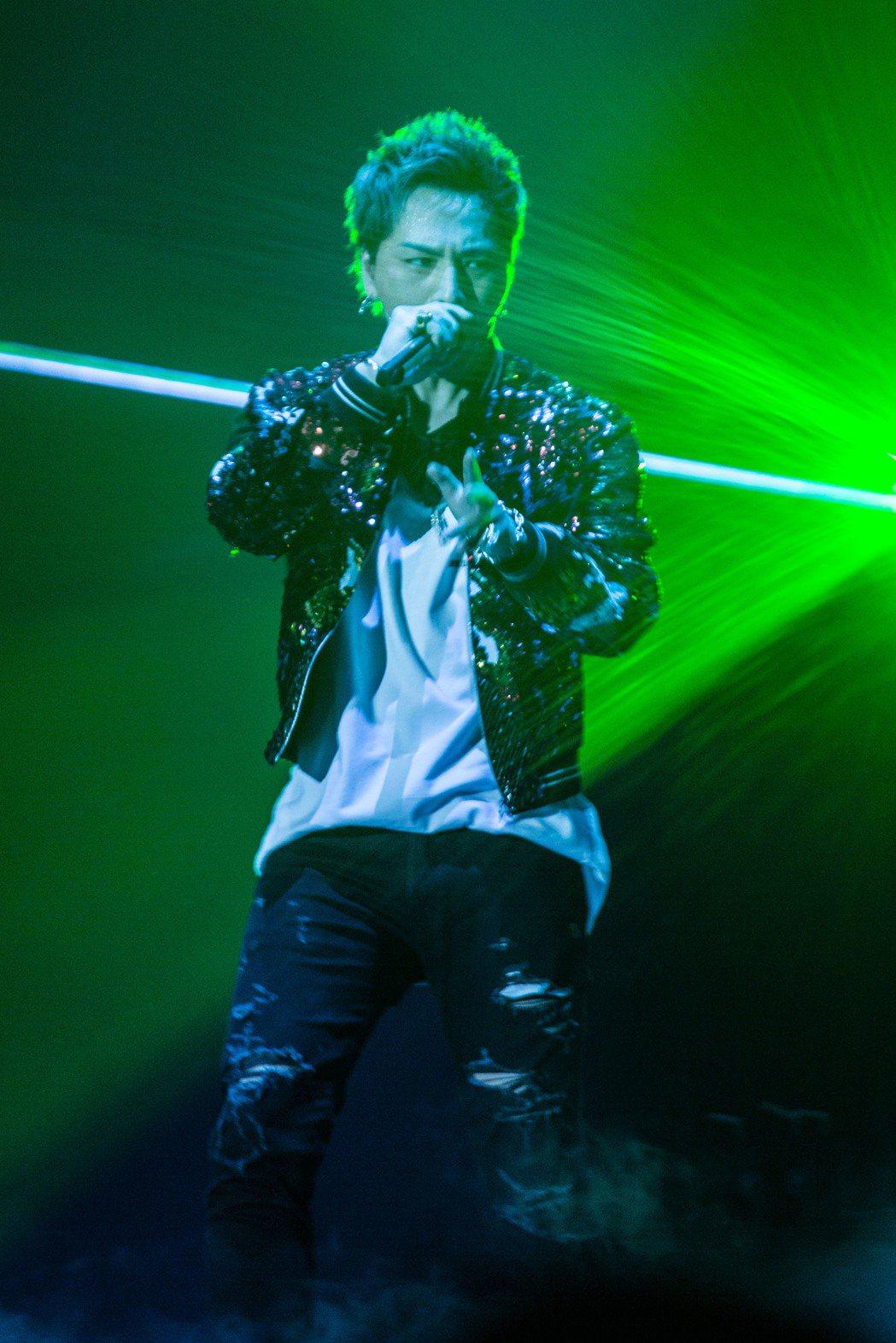 登坂廣臣透過燈光展現華麗舞台效果。圖/愛貝克思提供