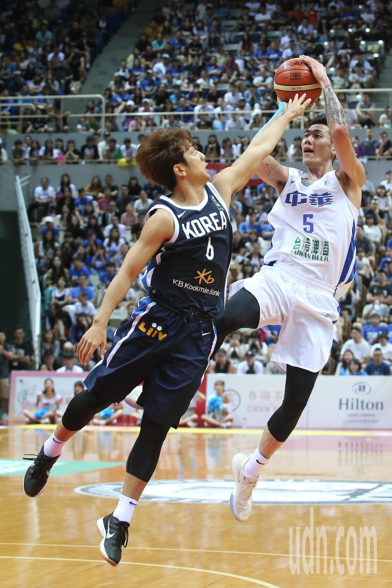瓊斯盃賽事昨天由中華藍對上韓國,中華藍劉錚(右)拿下全場最高21分,但是中華隊還...