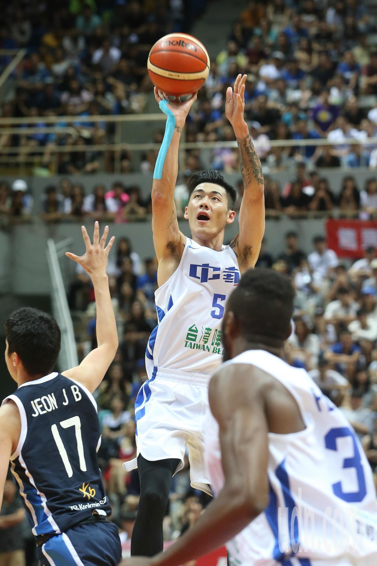 瓊斯盃賽事昨天由中華藍對上韓國,中華藍劉錚(中)拿下全場最高21分。記者葉信菉/...
