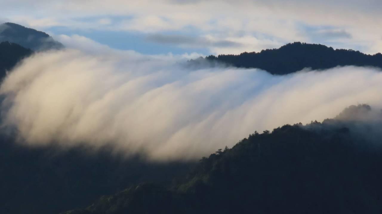雨過天晴, 海拔2488公尺的阿里山森林遊樂區小笠原山,日出、雲海、雲瀑大自然美...