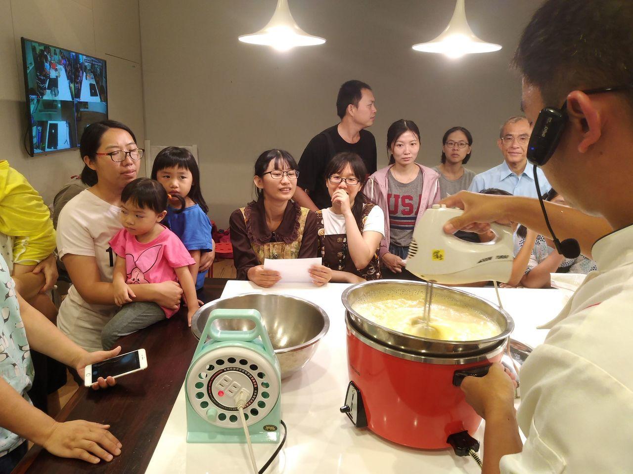 高雄市農業局推動的一日農夫創客學堂系列課程,邀親子一起做甜點。圖/高雄市農業局提...