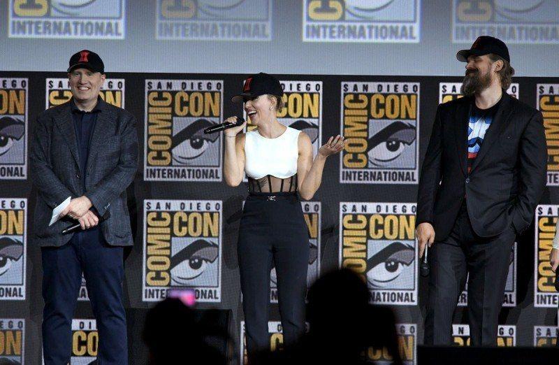 漫威總裁凱文費吉(左起)、思嘉莉約翰森、大衛哈伯出席聖地牙哥動漫展揭曉新片「黑寡