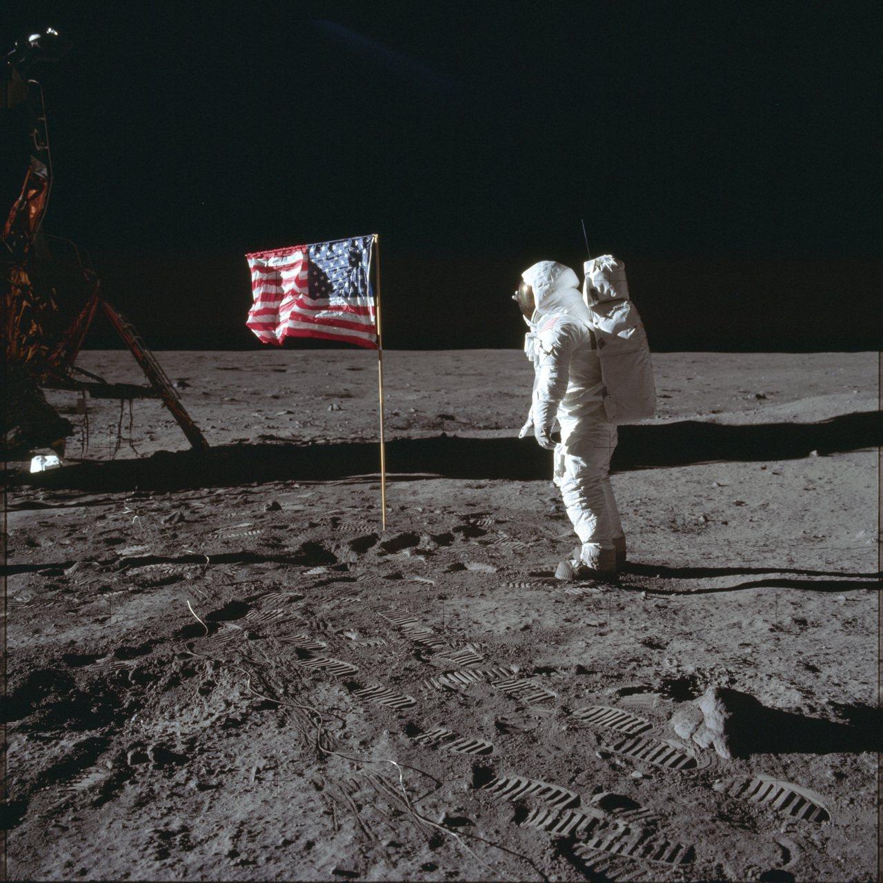 1969年7月20日,太空人艾德林與月球表面的美國國旗合影。(美聯社)