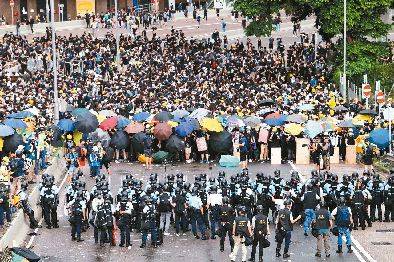 香港「反送中」運動中,警民對峙。 聯合報系記者許正宏/攝影