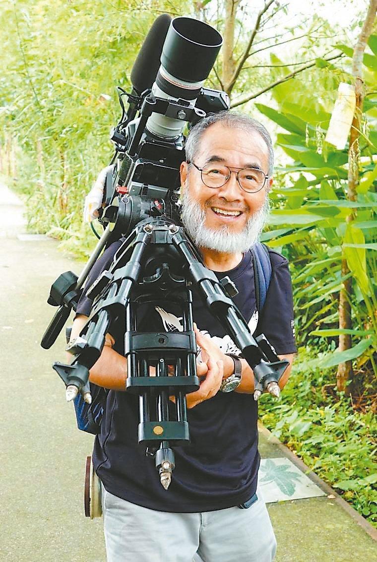 台灣生態記錄攝影大師劉燕明導演也到宜蘭勝洋水草休閒農場,拍攝記錄水雉的生態。 圖...