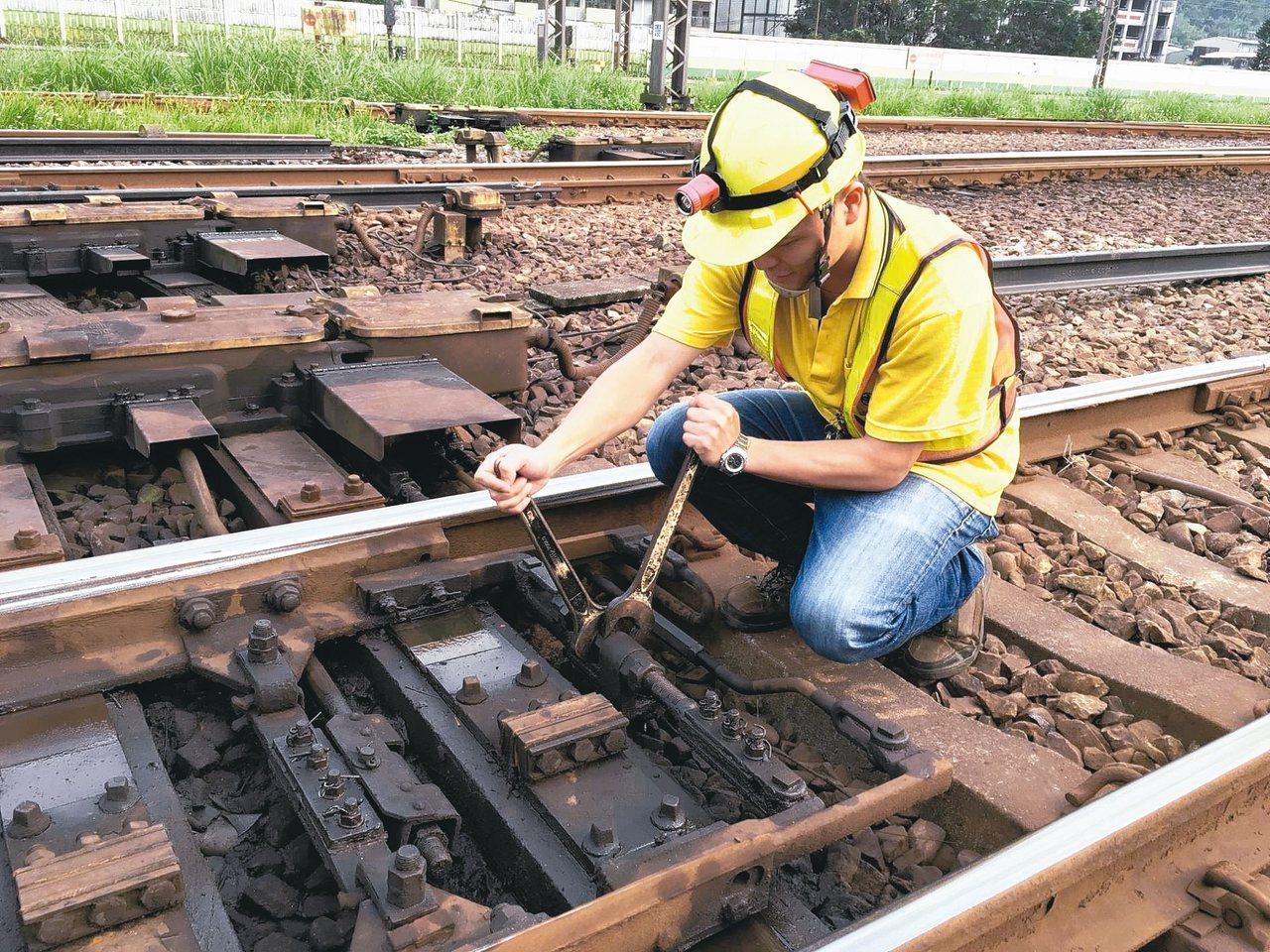 台鐵人力斷層大,維修保養沒有SOP,導致設備頻頻故障。 記者吳姿賢/攝影