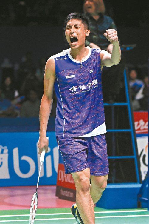 我國羽球好手周天成握拳狂吼,他在超級一○○○印尼賽男單封王。 (歐新社)