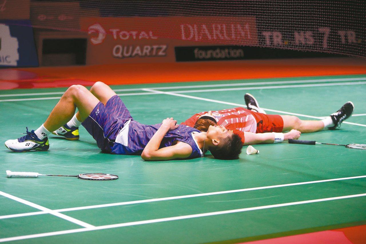 三局男單決賽結束,我國羽球好手周天成(前)躺在地上,丹麥安東森隨後也跟著躺下。 ...