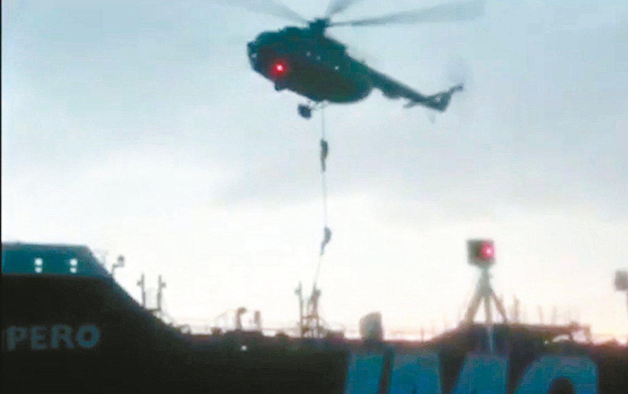 伊朗革命衛隊廿日公布的影片顯示,多名蒙面武裝人員從直升機垂降至英國油輪甲板。 (...