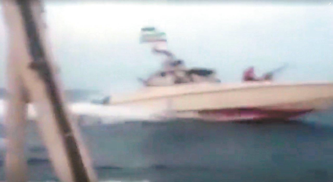 伊朗革命衛隊廿日公布的影片顯示,伊朗快艇朝英國油輪逼近。 (路透)