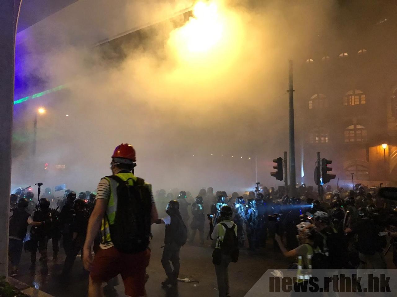 香港警察昨晚十時半以後清場,發射多枚催淚彈,驅散示威者。圖/香港電台提供