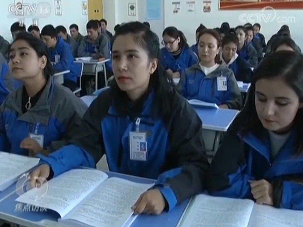 中國官方電視台日前曝光再教育營內部畫面。(央視畫面截圖)