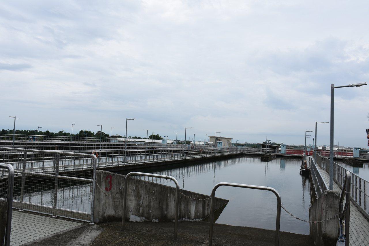 湖山淨水廠水源來自湖山水庫,目前每天可供應20多萬噸,最高供水量可到40萬噸。記...