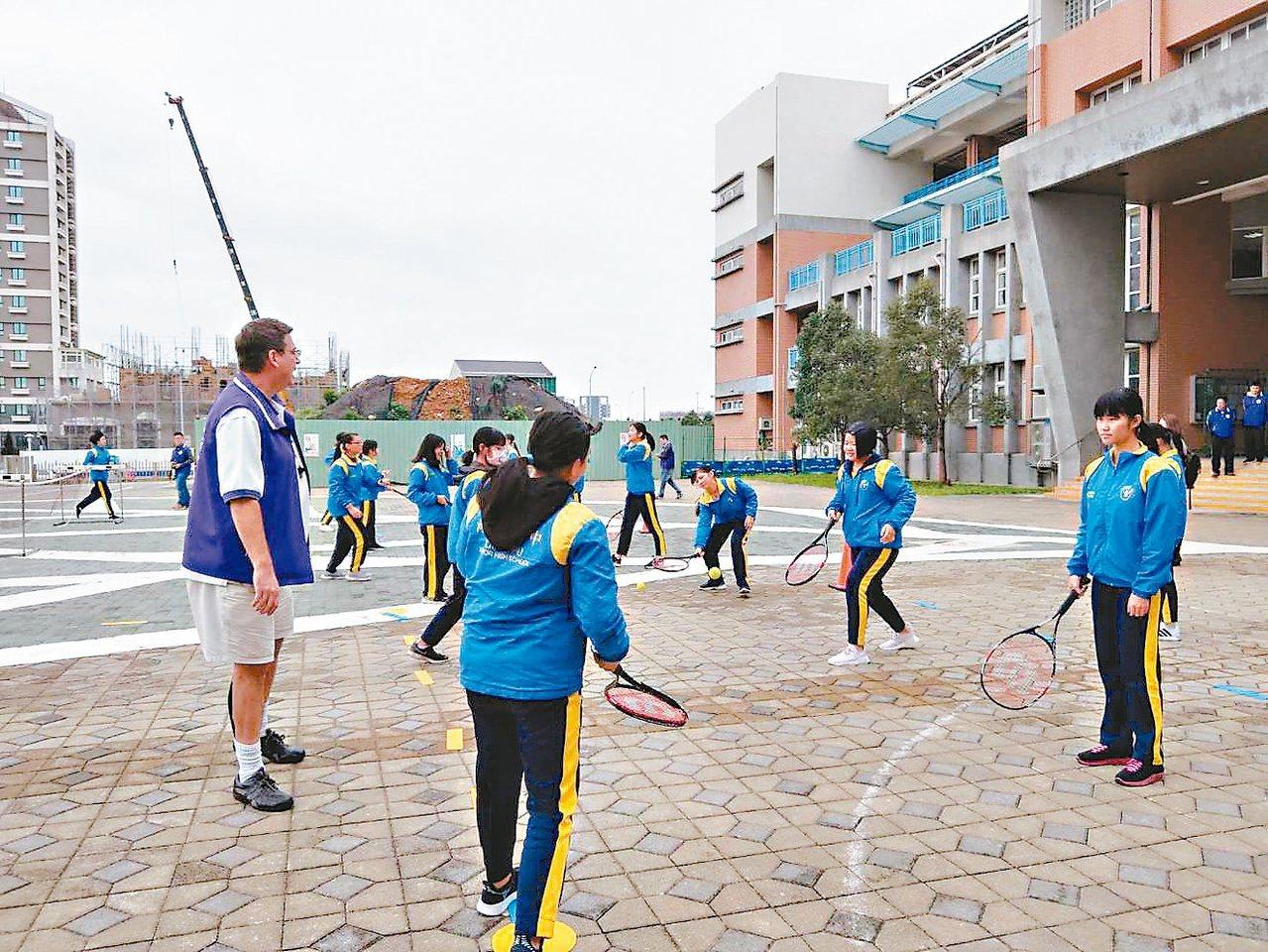 教育部及各縣市教育局鼓勵公立國中小試辦用英語教體育等非學科,讓學生有更多練習英語...