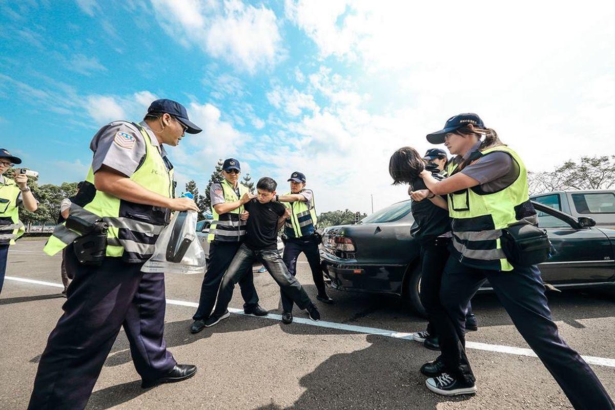 警察實務訓練不足,綜合逮捕術常遭批評套招演出。 圖/警政署提供