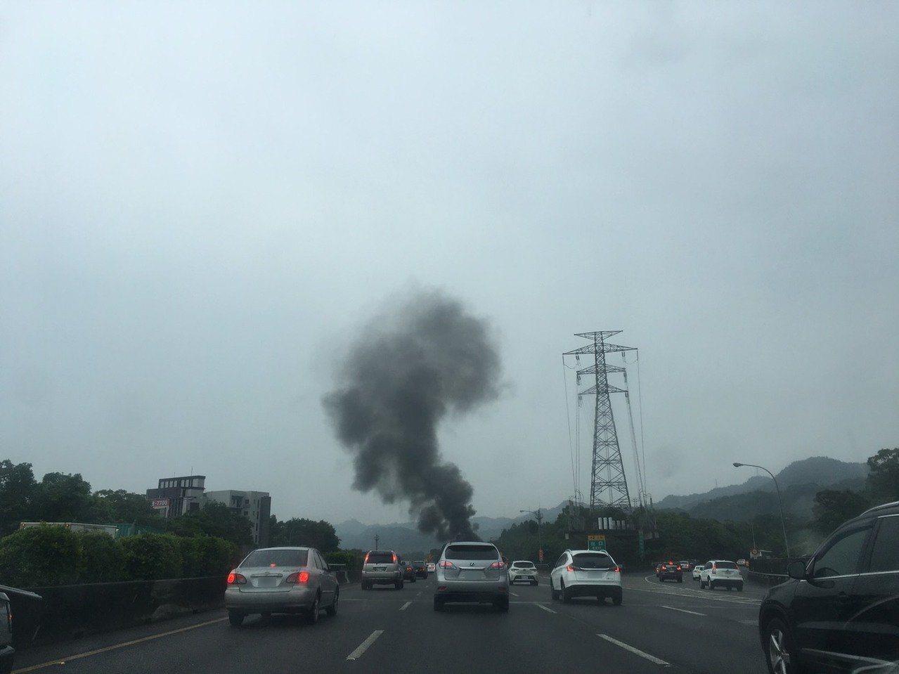 現場竄出濃濃煙霧。記者陳俊智/攝影