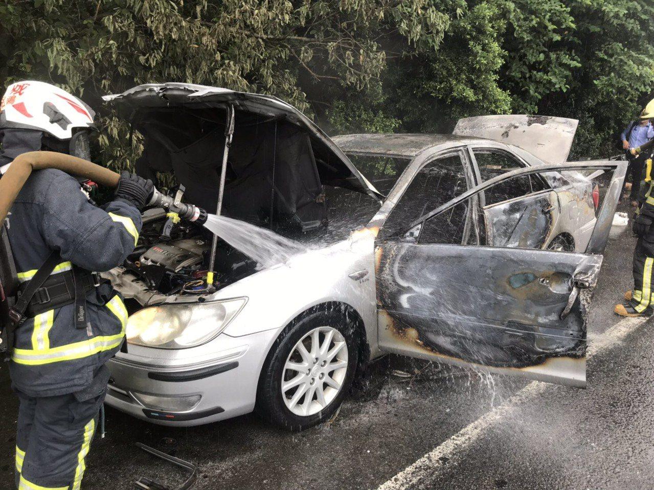 車輛因不明原因起火後,林男便停靠路肩並自行脫困。記者柯毓庭/翻攝