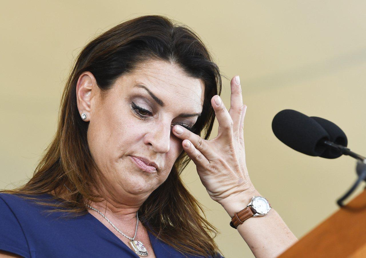 哈樂戴遺孀布蘭迪致詞時說到激動處拭淚。 美聯社