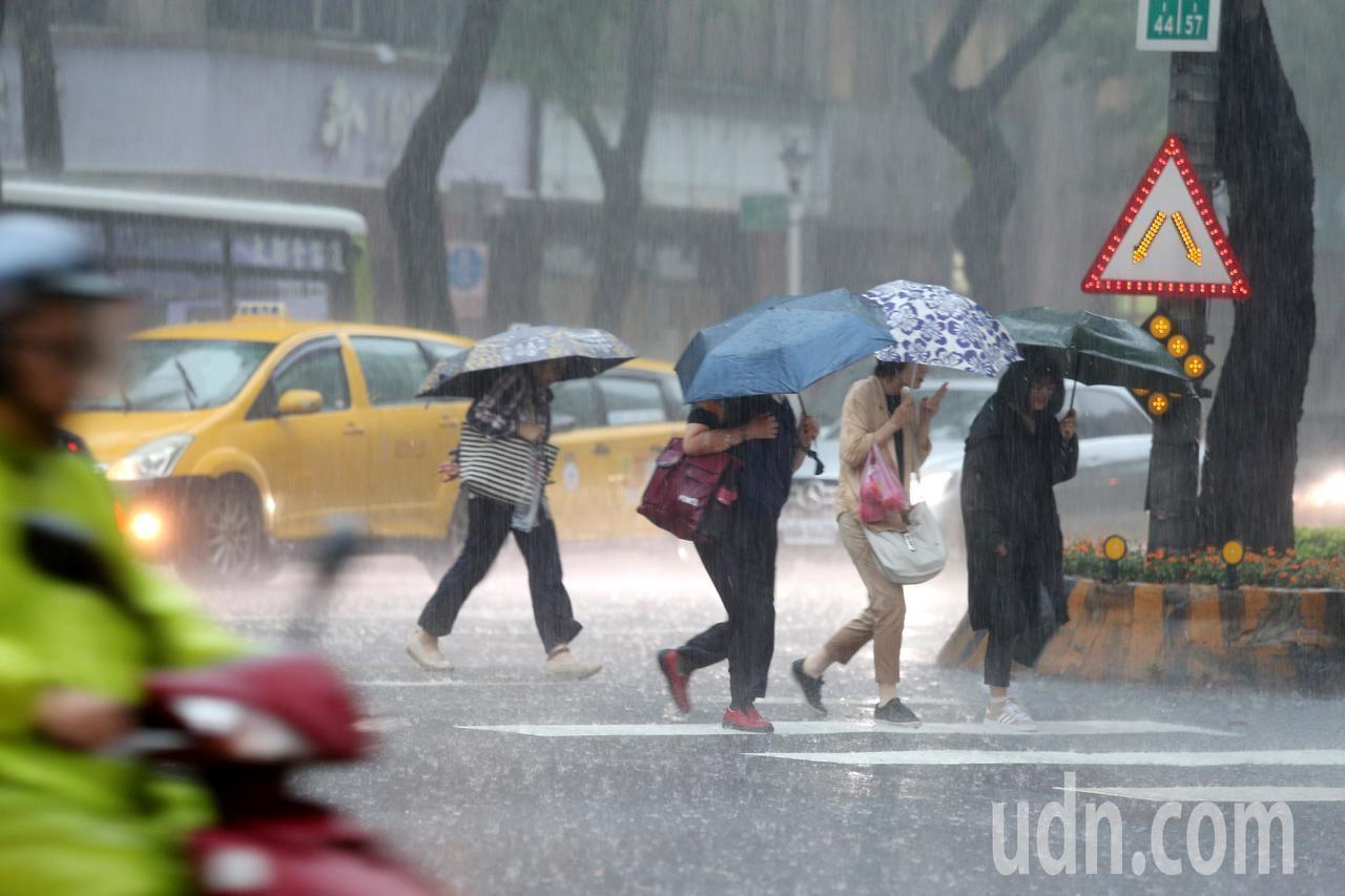 台北市今天下午下暴雨。圖/聯合報系資料照片