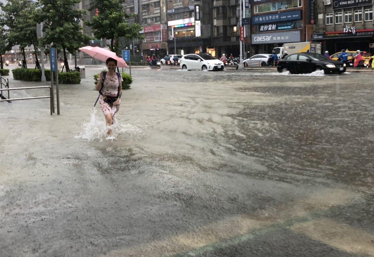 中央氣象局今天發布大雨特報,預計今天午後台中以北、南投地區及各地山區局部大雨,台...