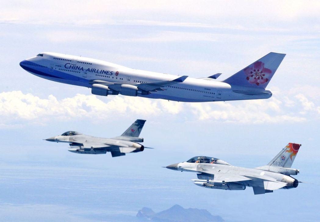 F-16伴飛總統專機。圖/空軍提供
