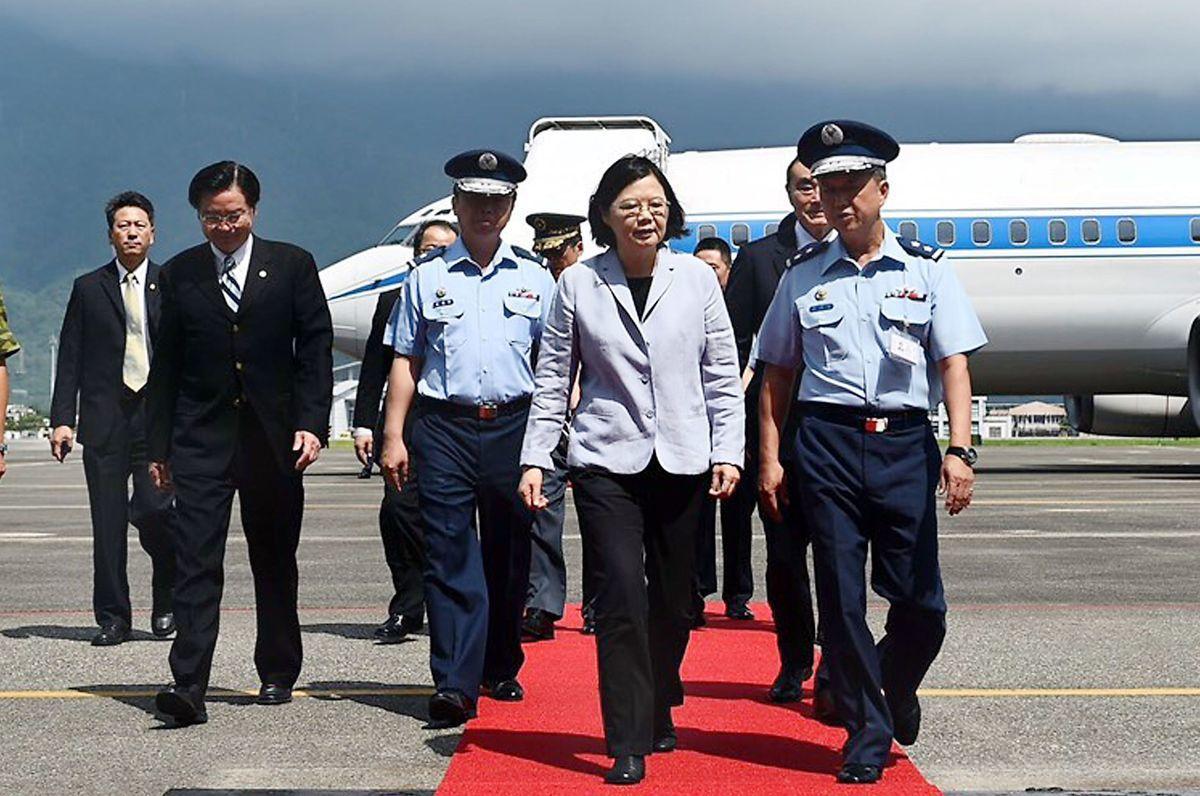 蔡英文2016年搭總統專機抵達空軍花蓮基地視察。 圖/總統府提供